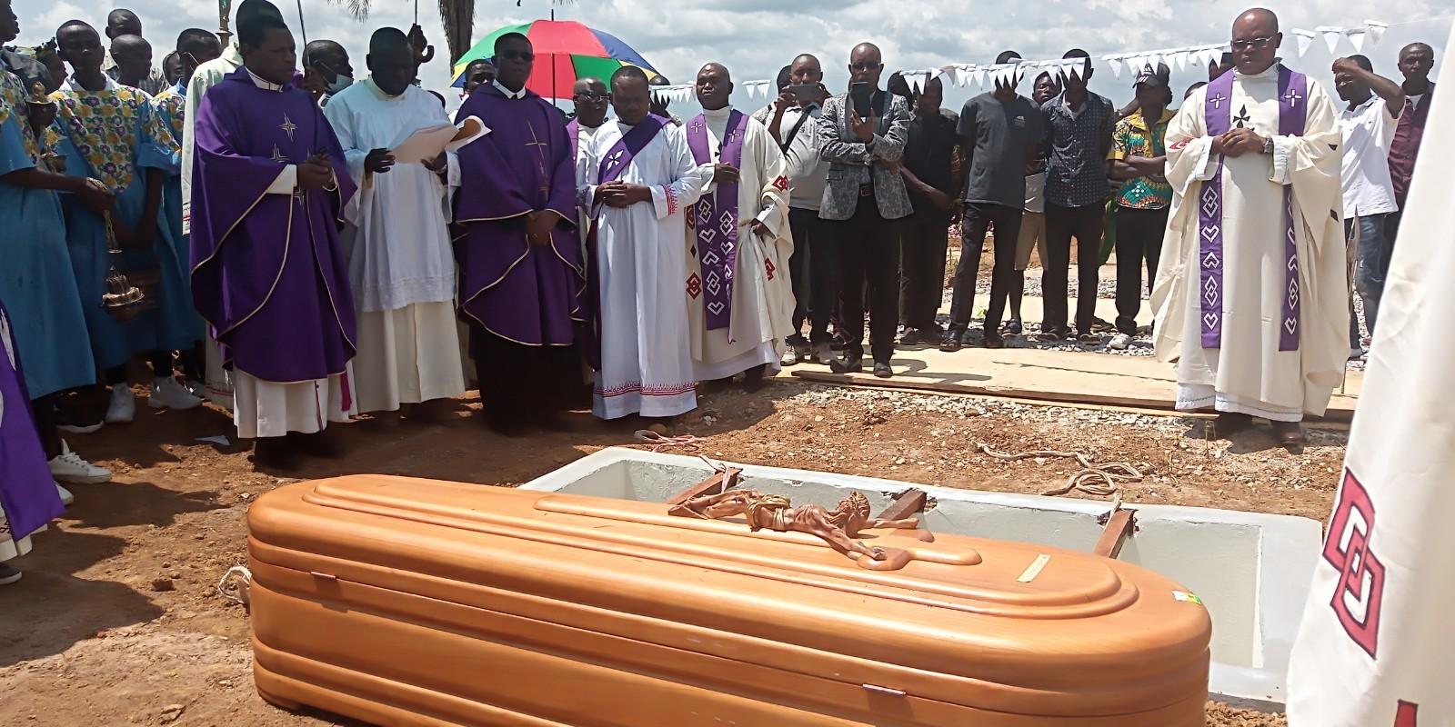 Inhumation de l'abbé Godefroid-Léon Khonde à Tumba