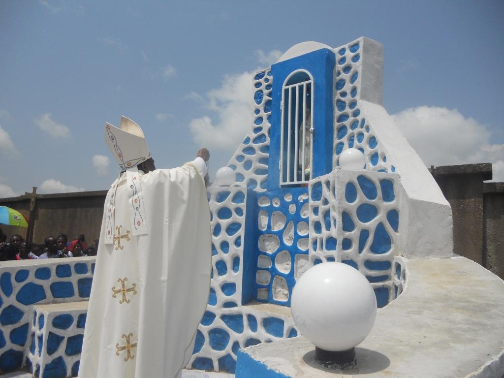 Mgr Daniel.Benediction de la grotte de la paroisse Christ Roi