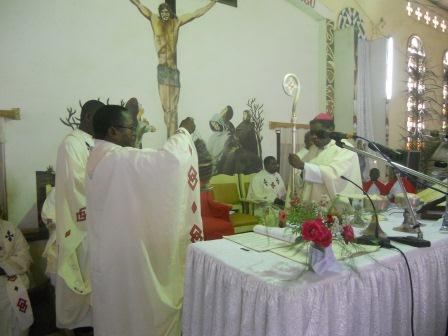 Visite pastorale de Mgr Daniel Nlandu à Christ-Roi (59)