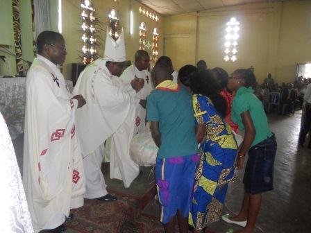Visite pastorale de Mgr Daniel Nlandu à Christ-Roi (83)