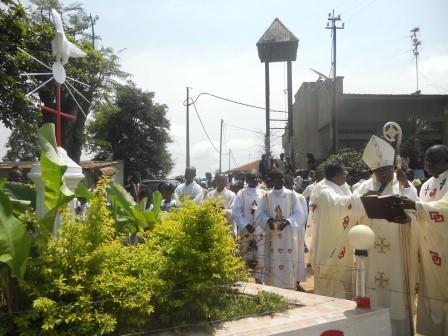 Visite pastorale de Mgr Daniel Nlandu à Christ-Roi (91)