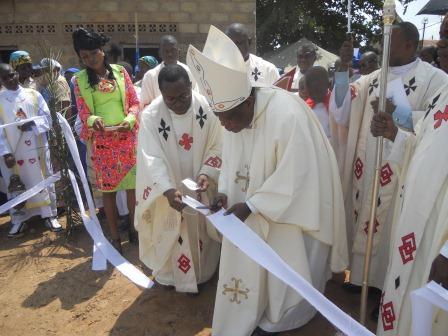 Visite pastorale de Mgr Daniel Nlandu à Christ-Roi (95)