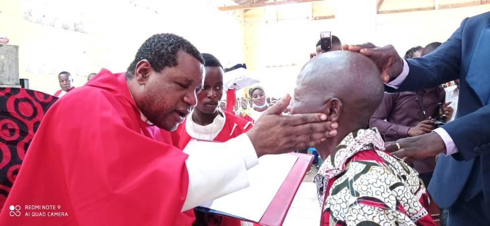 KINZAO-MVUETE : Confirmation de 200 jeunes par l'Administrateur Apostolique